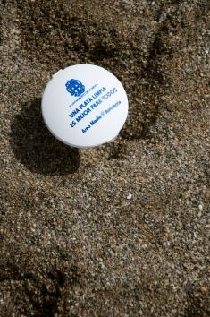 Beach ashtrays / Ceniceros de la playa